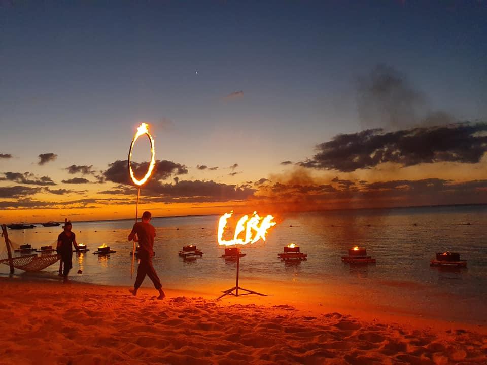Apus pe plaja Le Morne Mauritius, petrecere cocktail și momente artistice pentru cei cazați în hotel.