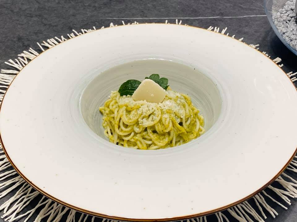 spaghetti de post in sos pesto din broccoli / dovlecei / urzici / spanac