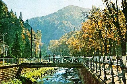 """Râul Slănic și muntele Dobru în dreptul hotelului """"Racoviță"""""""