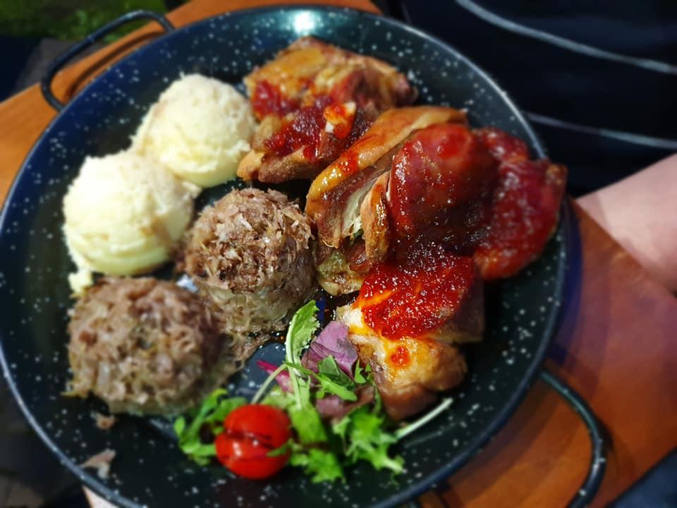 Rasol de porc cu dulceața de ardei iuți, servit cu varza marinată in vin și cartofi Zdrobiți cu ceapa La Conac in Bucovina