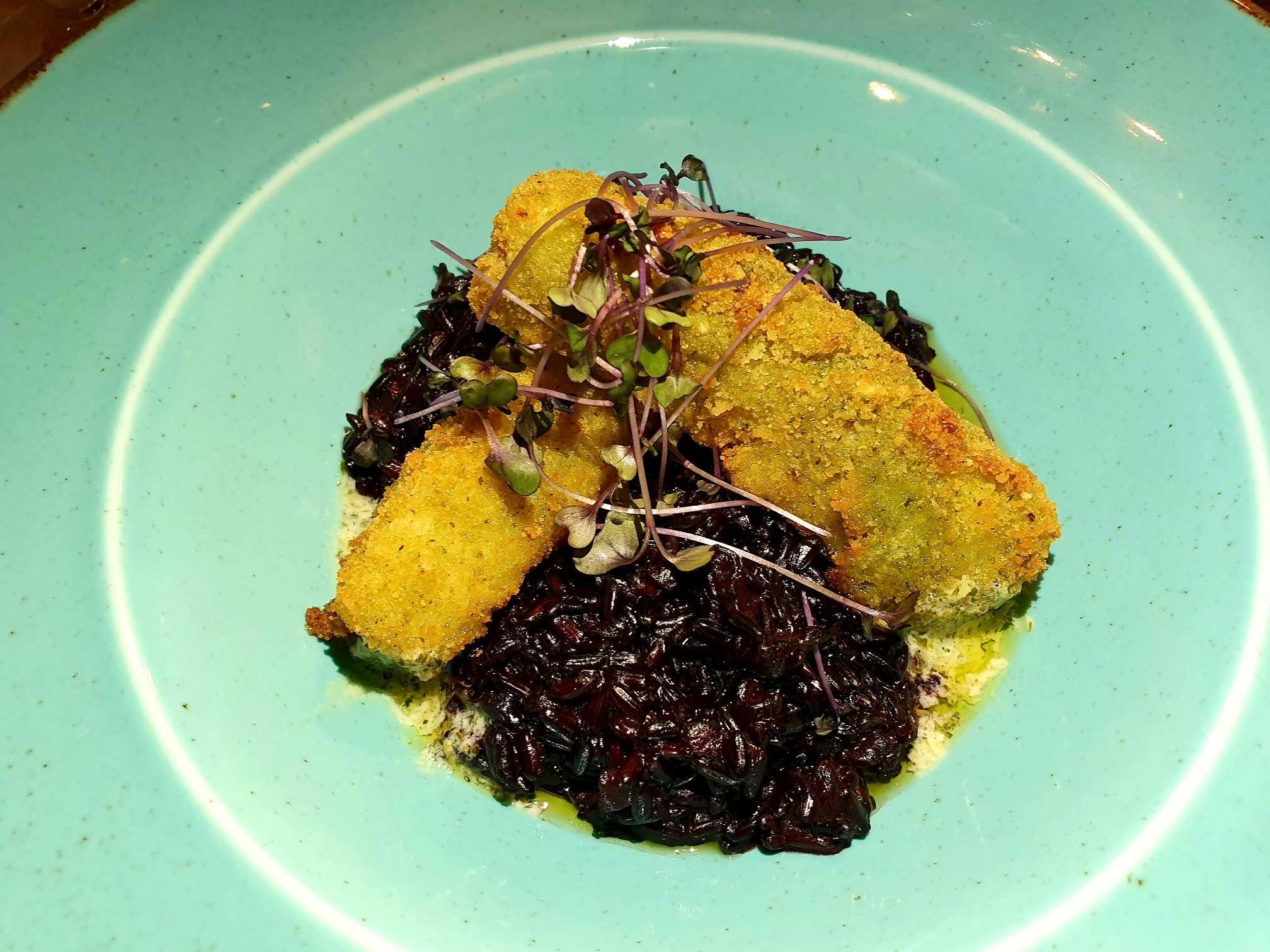File de cod în crustă de ierburi pe pat de orez negru și spumă de lămâie Best Western Bucovina