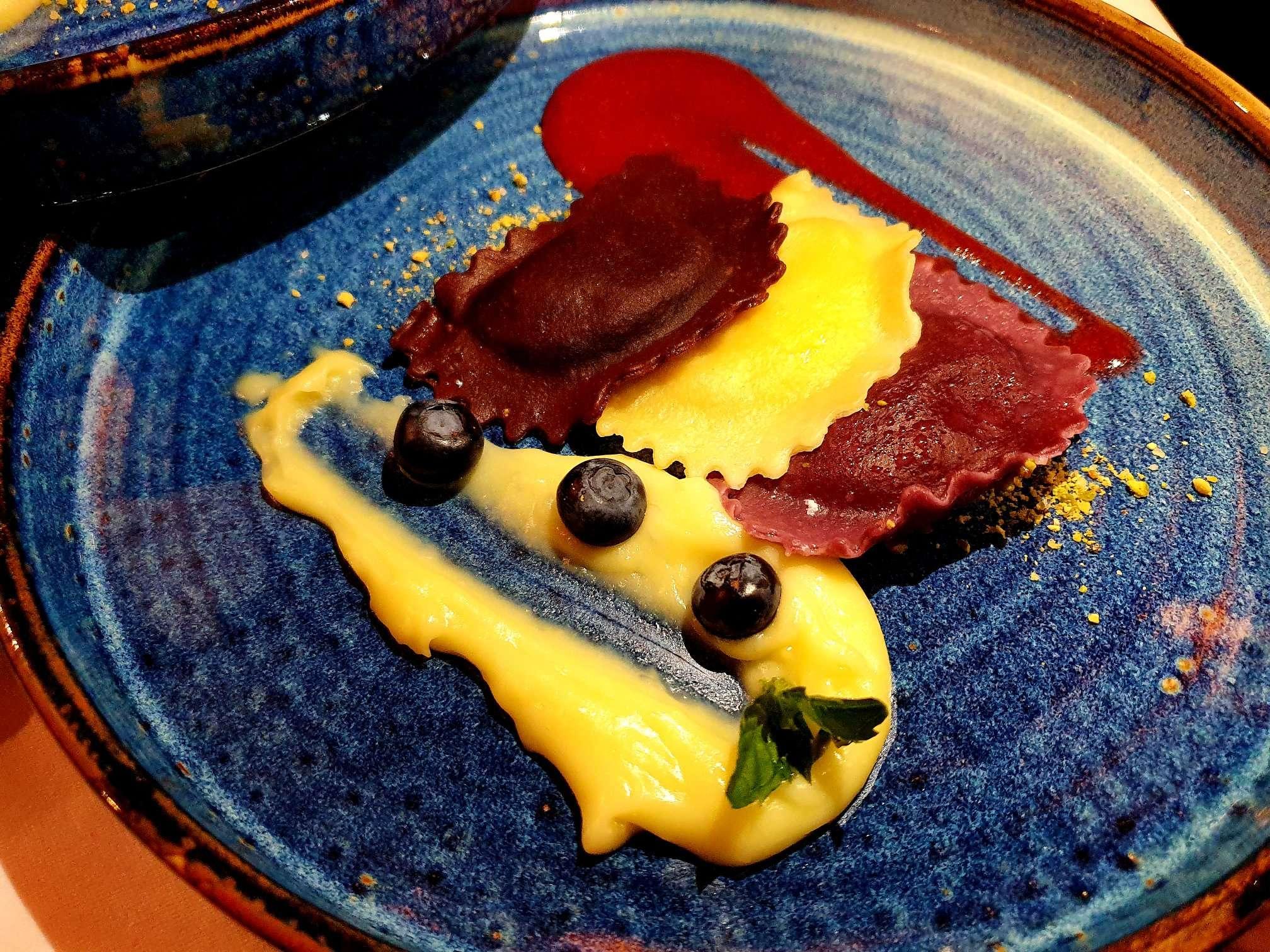 Tris de colțunași - cu brânză și piure de căpșuni; afine, urdă și mentă; ciocolată și fistic Best Western Bucovina