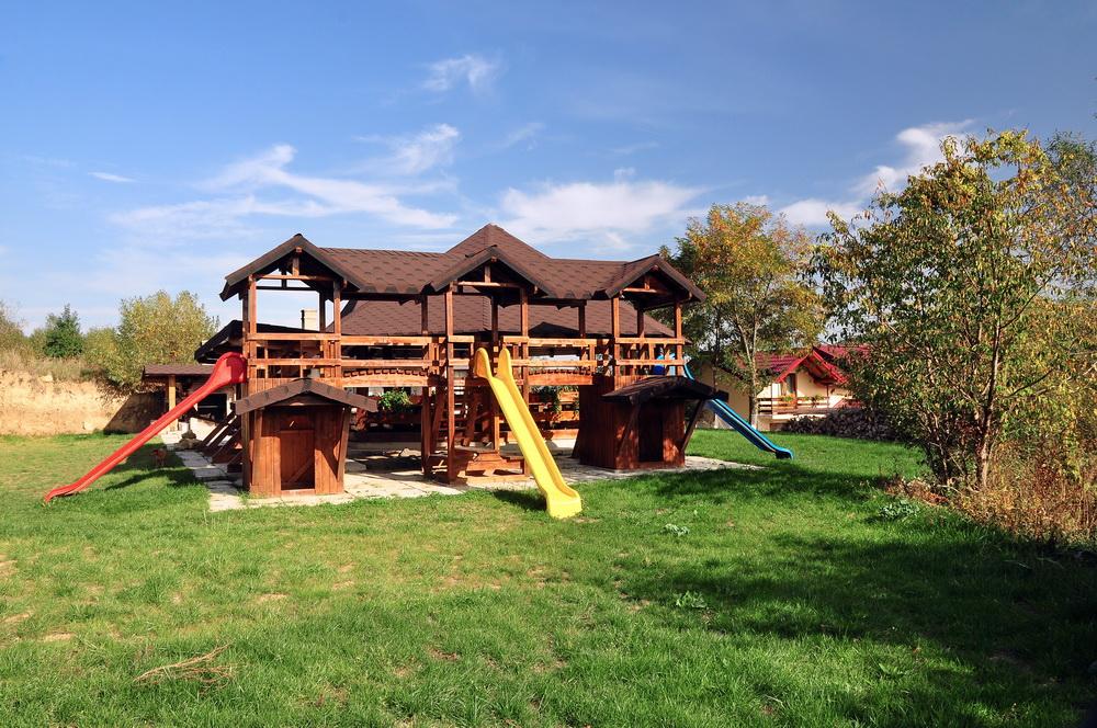 Două spatii de joaca pentru copii, intinse pe sute de metri