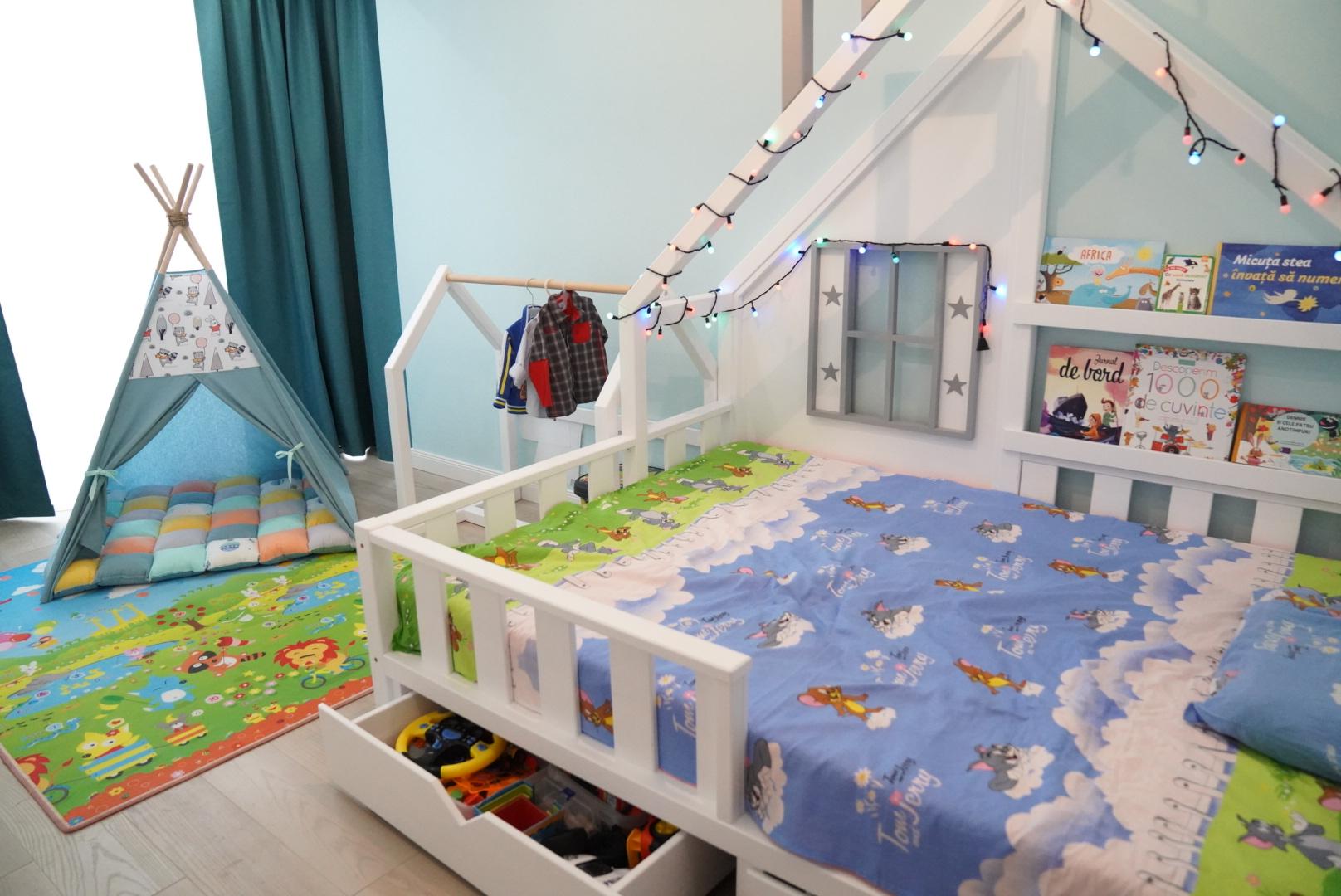 Decorul perfect cu obiectele de mobilier de la Casuta Vesela- Montessori Oradea si cortuletul + salteaua de la Little Bee