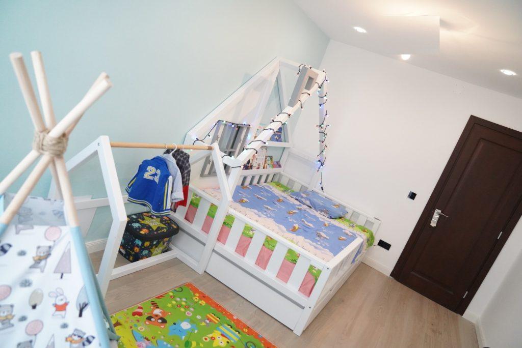 Patul si stand-ul de haine de la Casuta Vesela- Montessori Oradea, iar cortuletul si salteaua de la @Little Bee